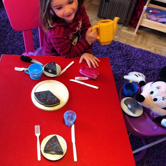 Mit meiner kleinsten und Mini Maus am Tisch bei Kaffee…