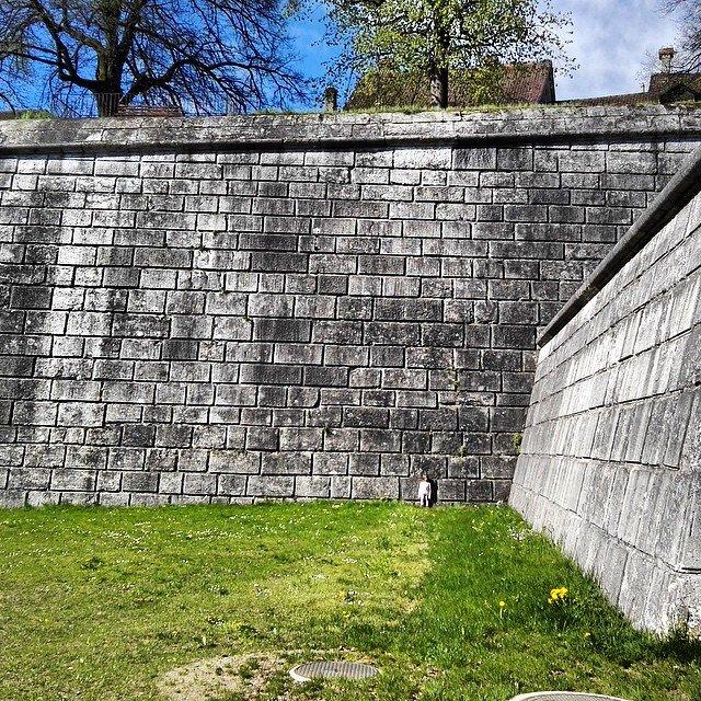 Grössenvergleich. Mit meiner kleineren Tochter und der Solothurner Stadtmauer #Solothurn…
