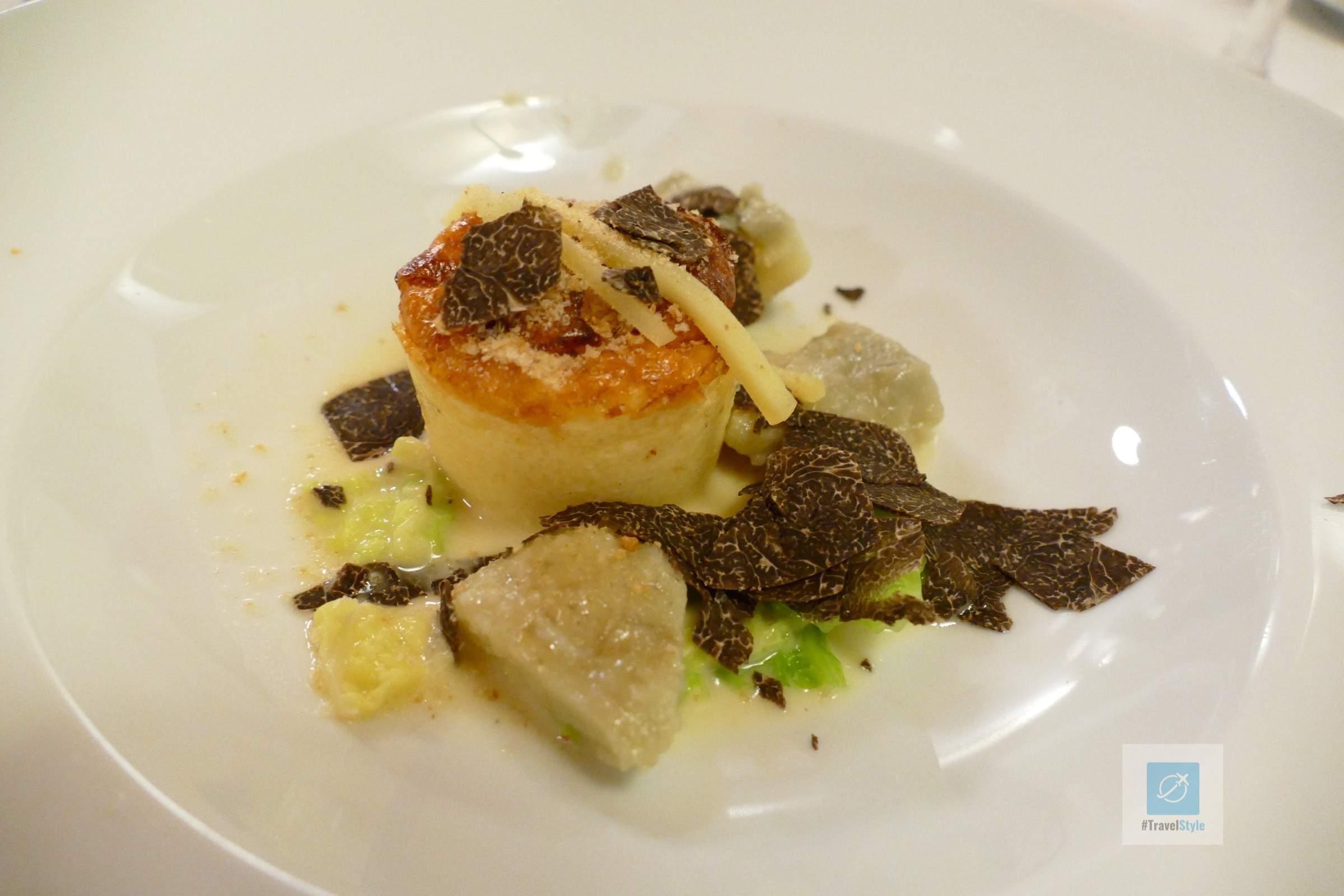 Soufflé vom Alpkäse mit Crèmespinat Weisse und schwarze Trüffel