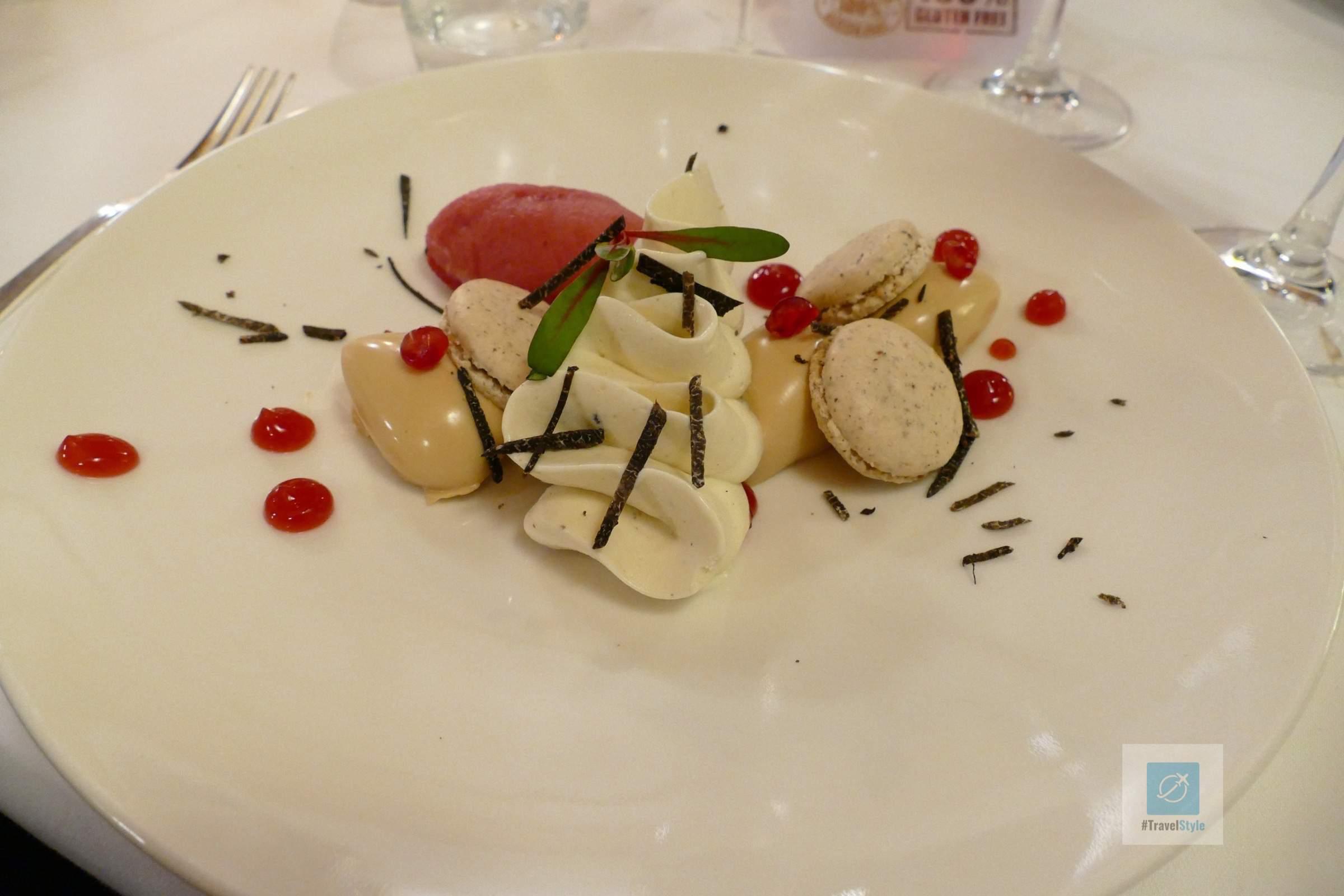 Macaron von Haselnüssen und Granatapfel mit schwarzen Périgord-Trüffeln