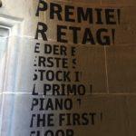 Die Stockwerk Beschriftung im Treppenhaus