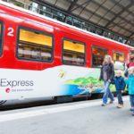 Globi-Express - Zentralbahn - Kids und Mütter vor Globi-Express