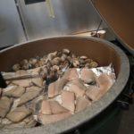 Spargeln, Fisch und Muscheln auf dem Grill