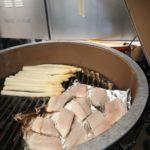 Spargeln und Fisch auf dem Grill