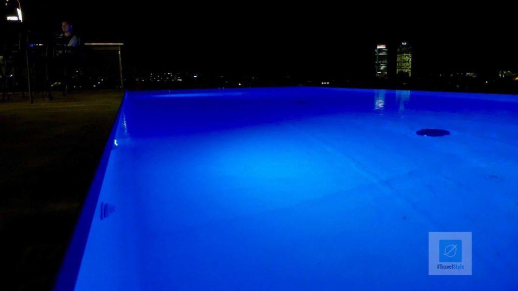 Der Hotel Pool bei Nacht