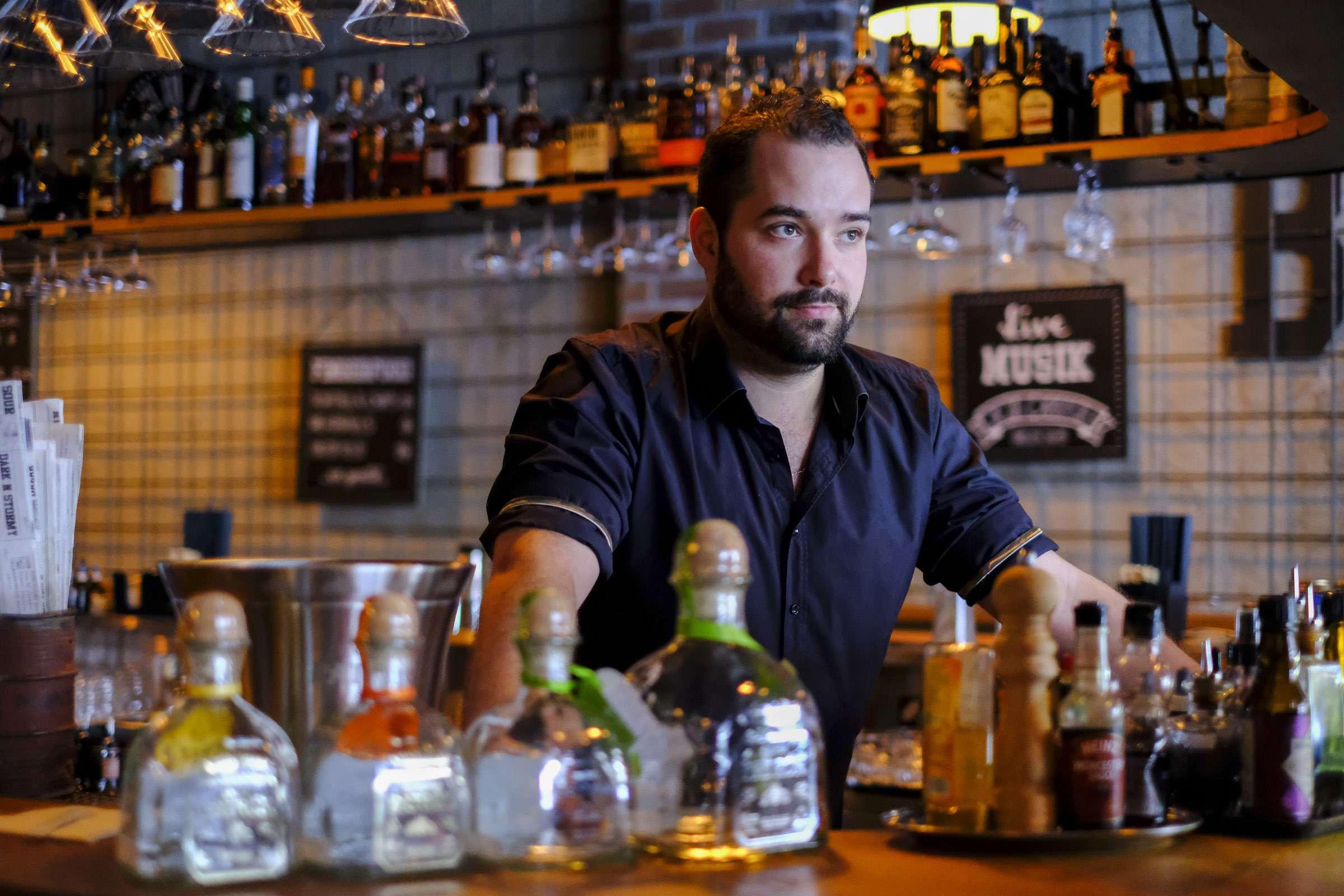 Der begnadet Barkeeper - Fotograf: Christoph Ris - Bildrechte Patron