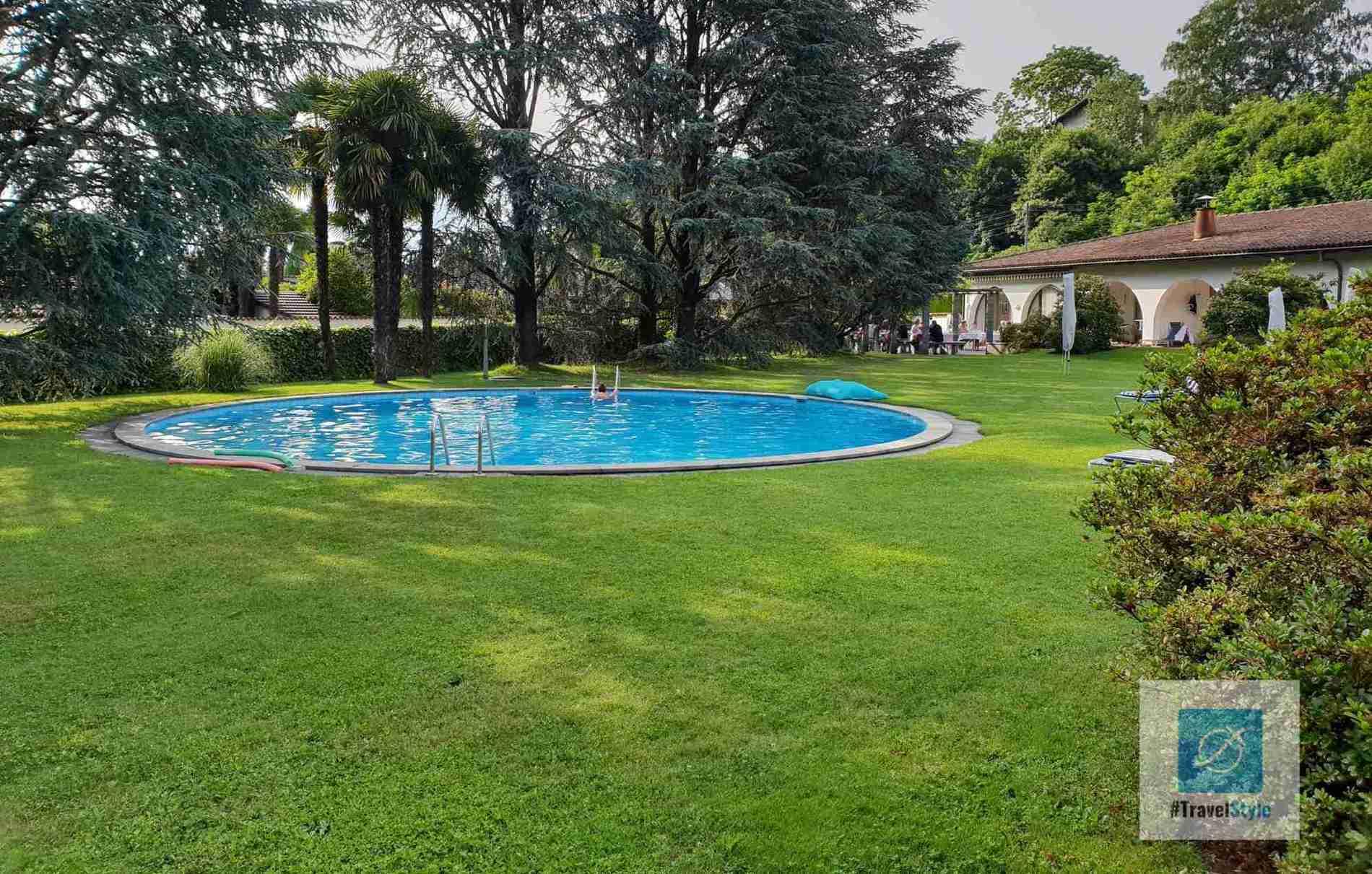 Der Hotel eigene Pool in runder Form