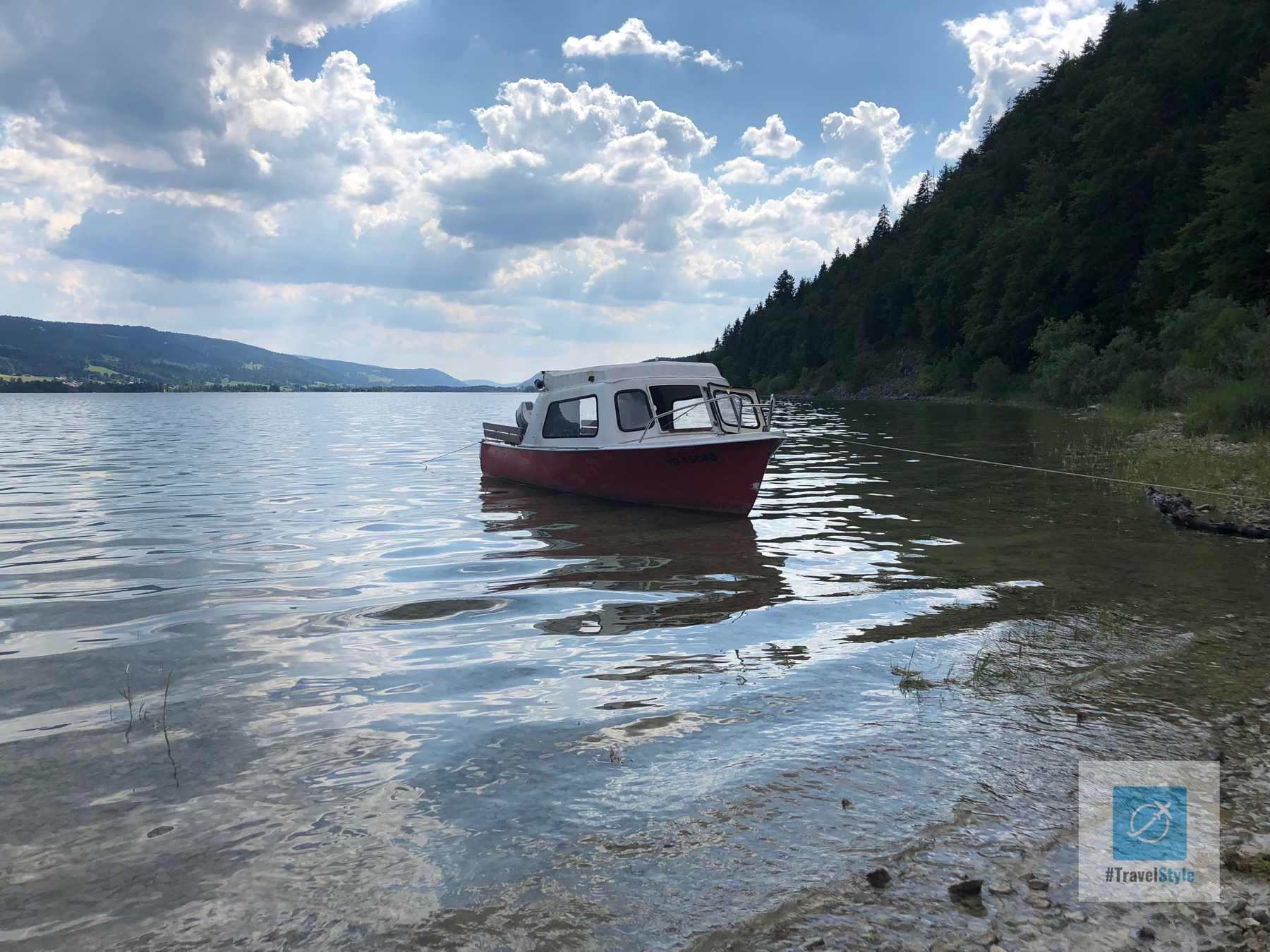 Ein Schiff auf dem Lac de Joux