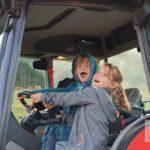 Shanaya und Franco auf dem Traktor