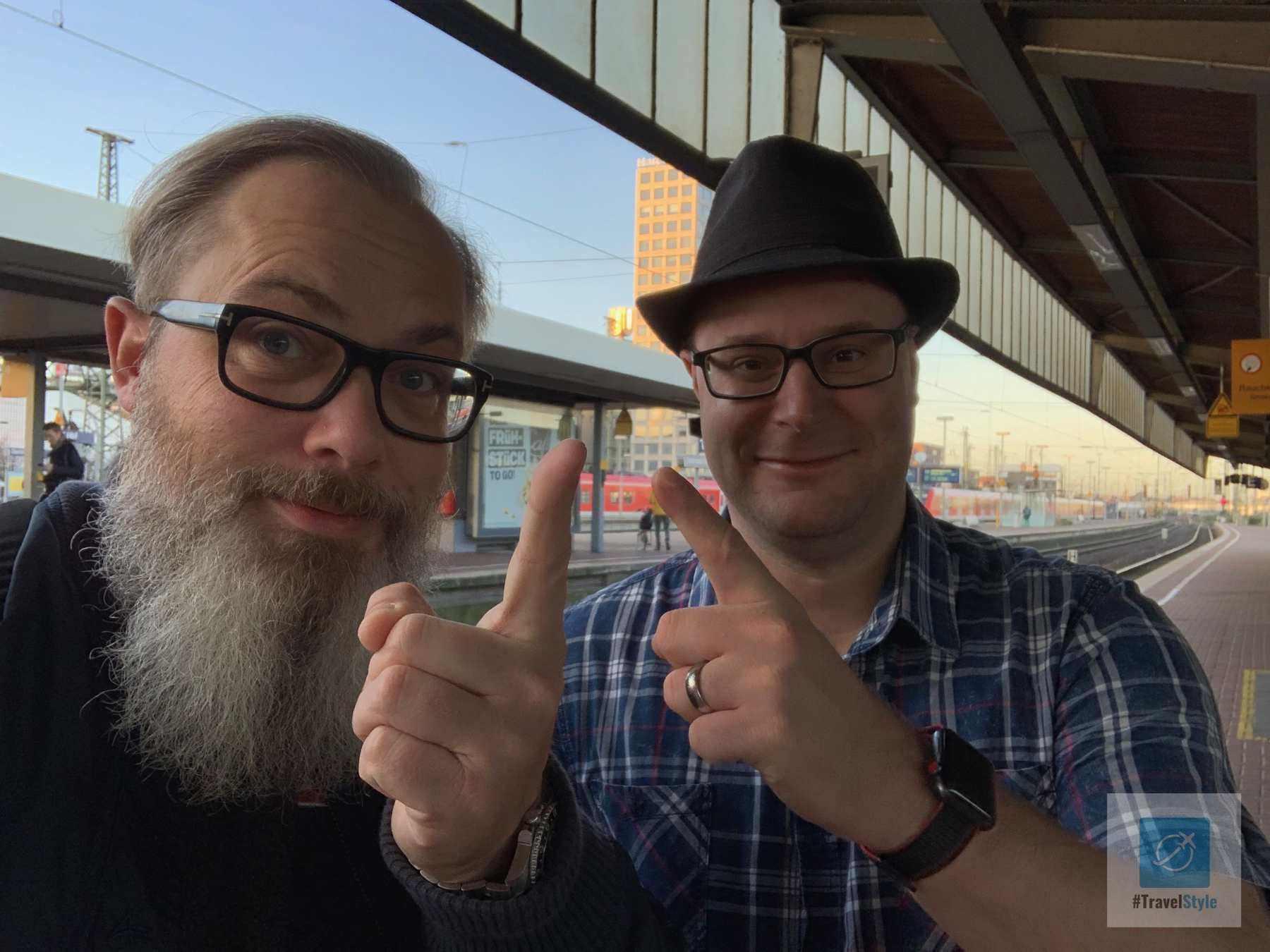 Achim und ich mit Zeigefinger auf das Dortmund U
