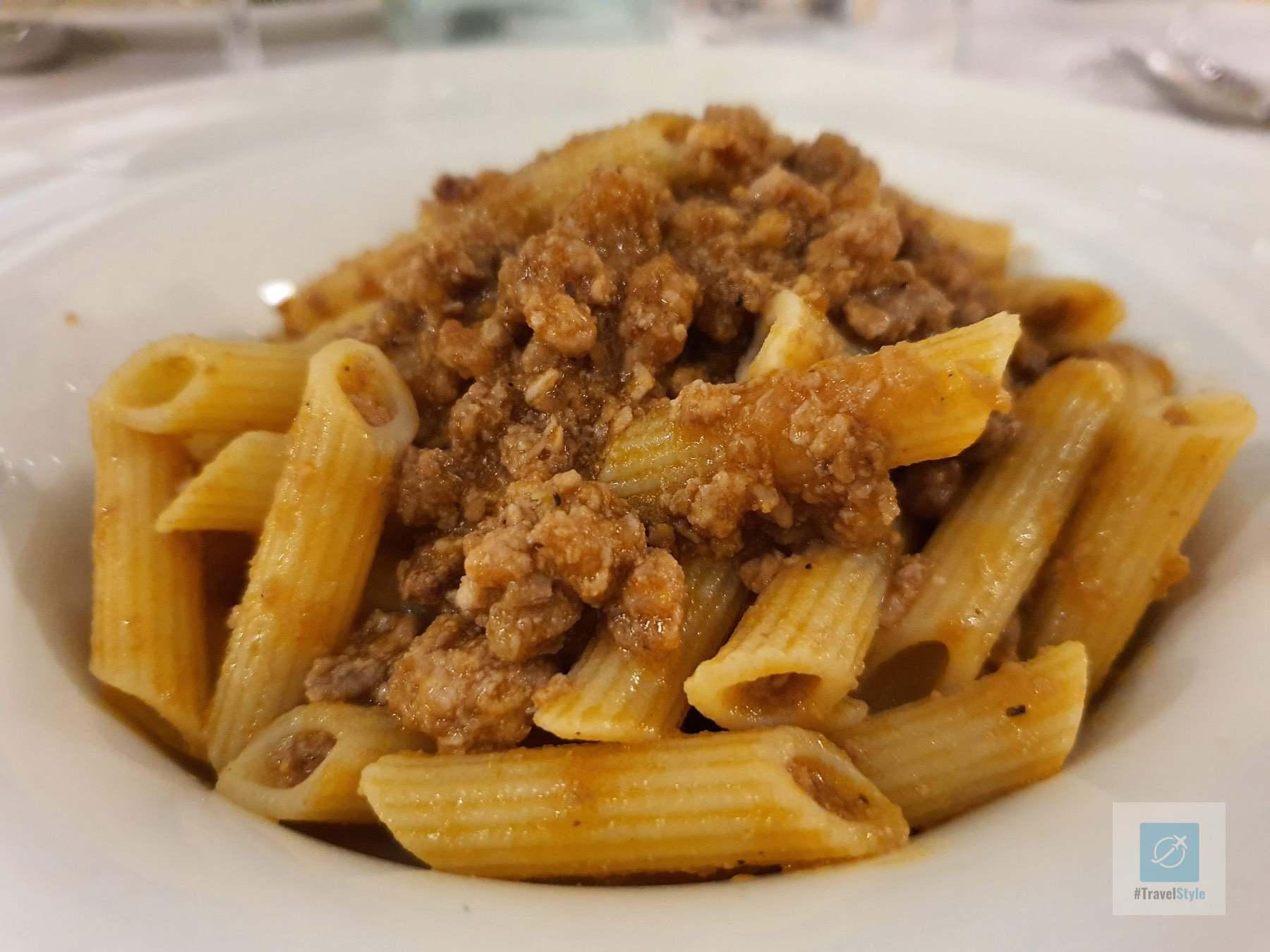 Erster Gang ein kleiner Teller glutenfreie Pasta