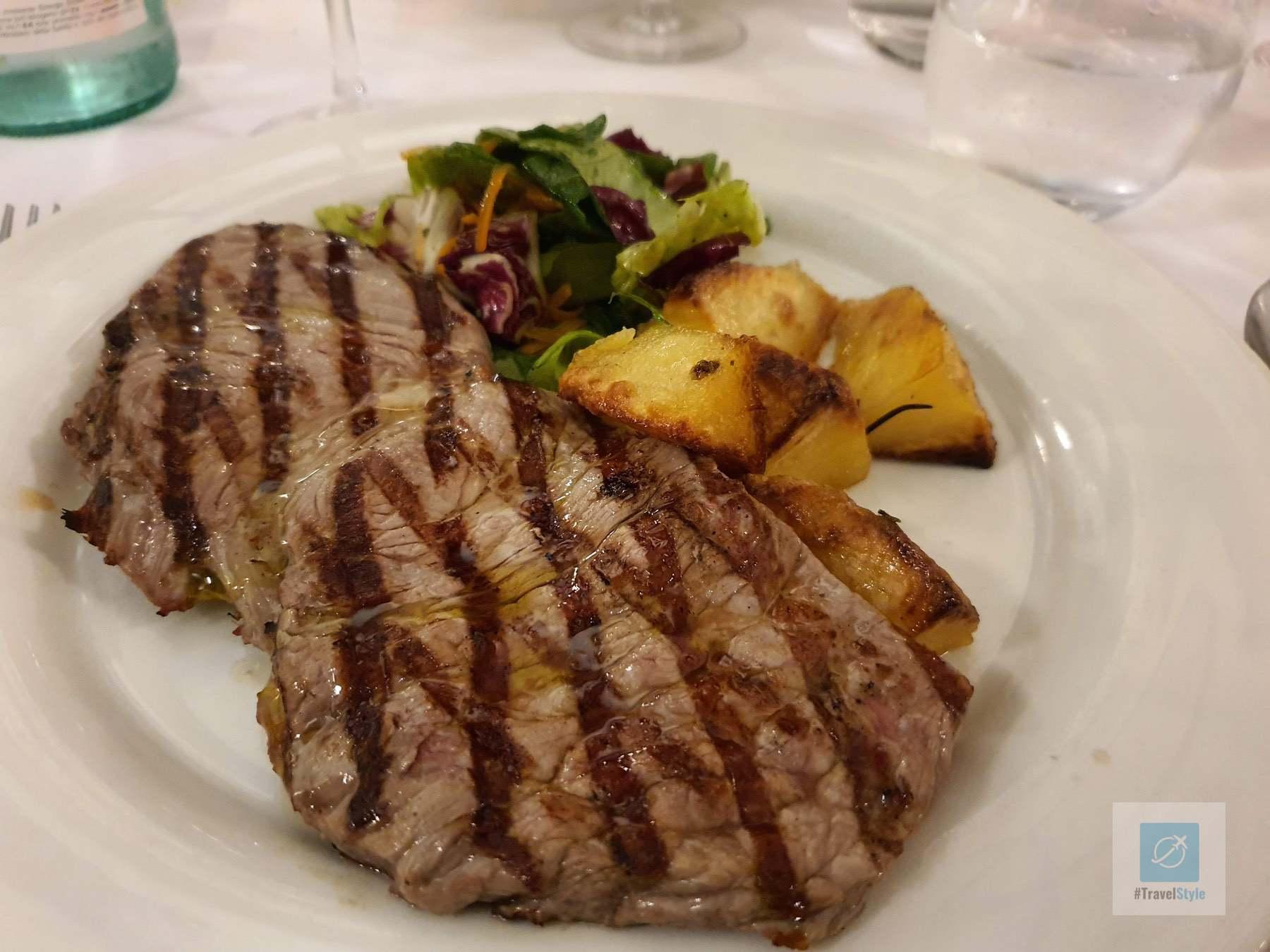 Nacktes Fleisch mit Gemüse und Salat